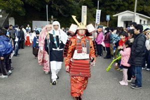 義経や弁慶に扮して歩く地元住民=小松島市芝生町の旗山