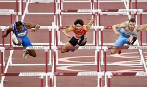 男子110メートル障害予選 力走する金井大旺(中央)=国立競技場