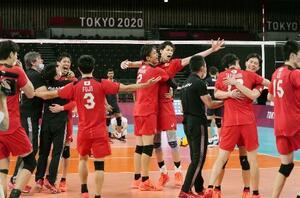 バレーボール男子1次リーグでイランに勝利し喜ぶ日本。29年ぶりの準々決勝進出を決めた=1日、有明アリーナ