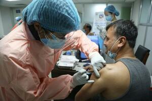 カトマンズの病院で行われた新型コロナウイルス感染症のワクチン接種=27日(AP=共同)