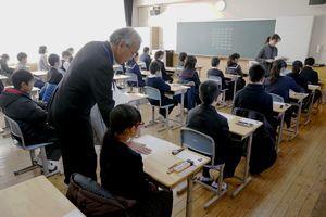問題用紙が配られ緊張感が高まる入試会場=午前9時40分、徳島市の城ノ内中学校