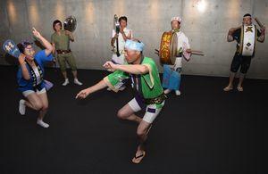 阿波市の阿波踊りを盛り上げようと結集した市内の連長=阿波市市場町の交流防災拠点施設アエルワ