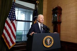 ホワイトハウスで演説するバイデン米大統領=14日、ワシントン(AP=共同)