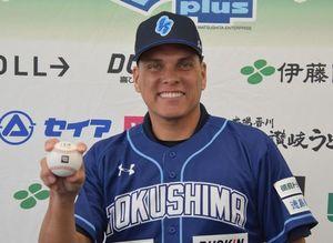 ボールを手に笑顔のミラバル氏=徳島市