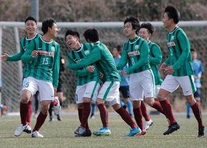 徳島北対徳島市立 後半33分、勝ち越しゴールを決め、チームメートと喜び合う徳島北の小林(左から3人目)=徳島スポーツビレッジ