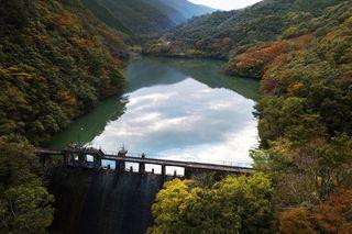 【動画あります】紅葉と青い池の美しいコントラスト 相坂ダム(土成町)【ドローン空撮】