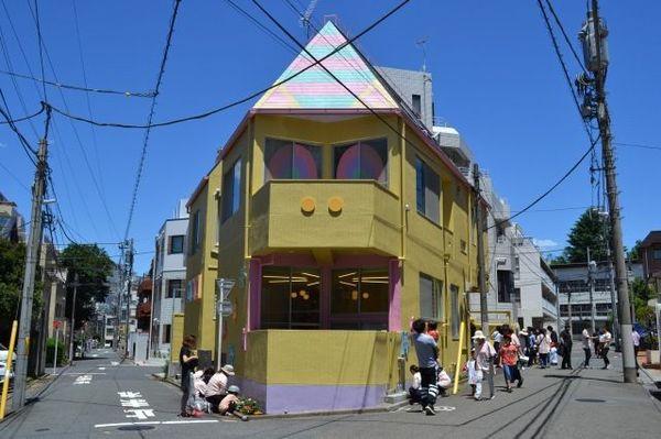 """保育施設を展開するEduleadと芸能事務所のアソビシステムが協業した「未来のピース保育園」。建物のデザインは増田セバスチャンが担当し、外観は""""保育園を見守るキャラクター""""としてユニコーンの「ユニキュン」が描かれている(東京・渋谷区千駄ヶ谷)"""