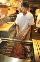 ウナギを焼く専門店の店主。仕入れ値の高騰を懸念している=徳島市北田宮2の「うな久」