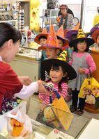 訪れた商店でお菓子を受け取る園児=板野町大寺