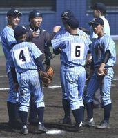 徳島北対明徳義塾 ピンチでマウンドに集まる徳島北ナイン=JAアグリあなんスタジアム