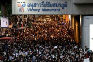 21日、バンコクで行進する反体制デモの参加者ら(ロイター=共同)