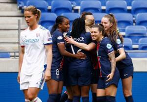 サッカー女子の欧州チャンピオンズリーグを制し、喜ぶパリ・サンジェルマンの選手たち=18日、リヨン(ロイター=共同)