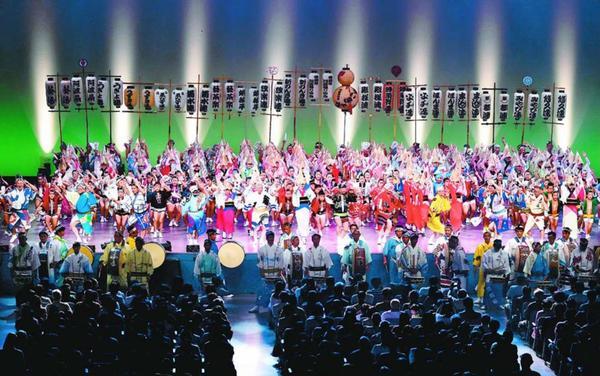 観客を魅了した徳島県阿波踊り協会50周年記念公演のフィナーレ=徳島市のアスティとくしま