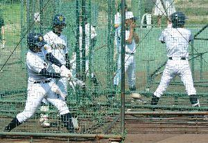 九州国際大付戦に向けて打撃練習に取り組む鳴門の選手たち=兵庫県西宮市の鳴尾浜臨海公園野球場