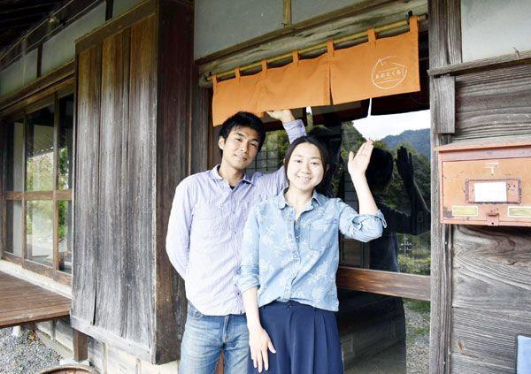 古民家を改修し、体験型民宿を開業した石川さん夫妻=勝浦町三渓