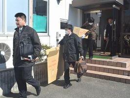 家宅捜索を終え、阿南市役所那賀川支所から出る捜査員=午前10時40分ごろ、同市那賀川町苅屋