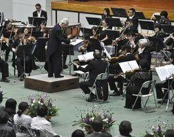 迫力ある演奏を披露するとくしま記念オーケストラ=三好市池田町マチの市池田総合体育館