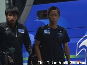 スタジアムに到着した狩野健太(右)と井筒陸也=鳴門ポカリスエットスタジアム