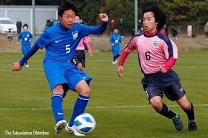 決勝・鳴門一対藍住 前半6分、鳴門一の山岡(左)がゴールを決め3―0とする=徳島スポーツビレッジ