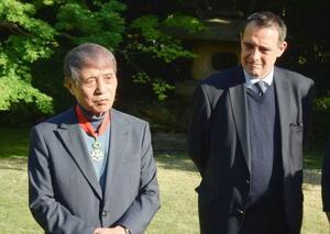 レジオン・ドヌール勲章コマンドゥールを授与された安藤忠雄さん(左)=23日午後、東京都港区のフランス大使公邸