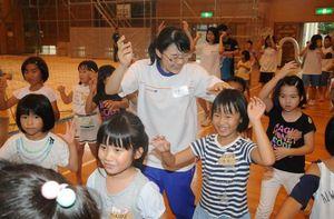 被災地の児童と一緒に阿波踊りを楽しむ徳島の高校生=熊本県益城町の広安西小
