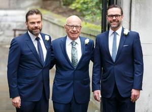 結婚式に出席したルパート・マードック氏(中央)と長男ラクラン氏(左)、次男ジェームズ氏=2016年3月、ロンドン(ゲッティ=共同)