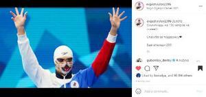 優勝を知らせる投稿で、猫柄マスクを着けて両手を上げるエフゲニー・リロフ=27日(本人のインスタグラムから)