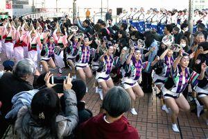 娯茶平創設70年を祝い、記念の踊りを披露する踊り子=そごう徳島店2階デッキ