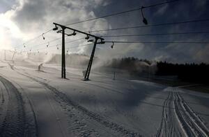 閉鎖中のスキー場=2日、オーストリア・シュピタール・アム・ゼンメリング(ロイター=共同)