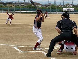 こども野球のつどいで熱戦を繰り広げる選手たち=鳴門市衛生センター、12日午前8時25分ごろ