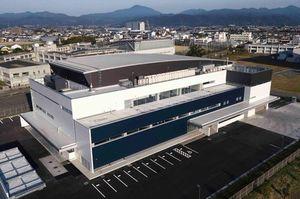 17日から稼働する徳島新聞新印刷センター=北島町高房(小型無人機ドローンで撮影)