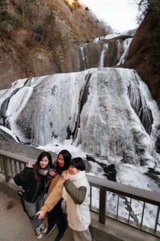 袋田の滝、7割が白い壁に