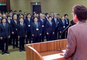 原市長(手前)の年末のあいさつを聞く幹部職員=徳島市役所