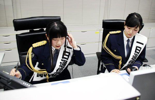 110番の受理と指令を体験するセカンドストーリーの長谷川さん(左)と櫻井さん=県警本部