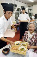 地元食材を使ったヘルシーな料理を提供する生徒(左)=小松島西高校
