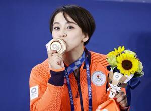 女子種目別床運動で獲得した銅メダルにキスする村上茉愛=有明体操競技場
