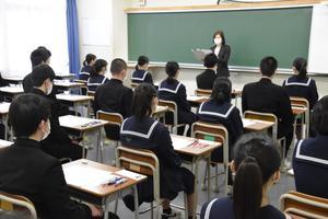 試験開始前の説明を聞く受験生=徳島市
