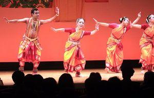音楽に合わせ、しなやかな踊りを披露する櫻井さん(左から2人目)ら=阿南市情報文化センターコスモホール
