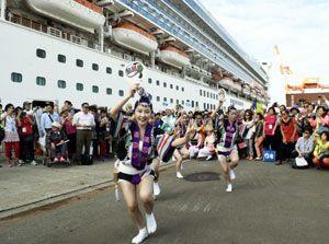 クルーズ客船「ゴールデン・プリンセス」の前で阿波踊りを披露する踊り子=30日午後4時32分ごろ、小松島市の徳島小松島港赤石岸壁