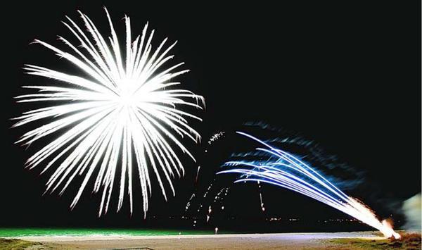 徳島白菊特攻隊員らの冥福を祈って打ち上げられた白い花火=2018年4月8日、月見ケ丘海水浴場