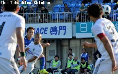 徳島対松本 後半34分、同点ゴールを決める徳島のMF島屋(左から2人目)