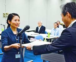 矢野常務理事右から賞状を受け取る代表者=徳島市の阿波銀行事務センター