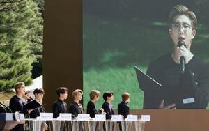 19日、ソウルの韓国大統領府でスピーチする「BTS(防弾少年団)」のメンバー(聯合=共同)