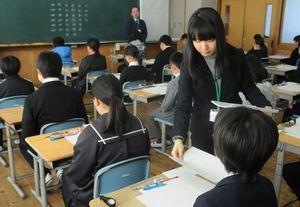 問題用紙が配られ、緊張感が高まる入試会場=6日午前9時45分、徳島市の城ノ内中学校