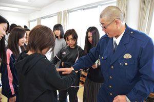 徳島北署員から護身術を学ぶ四国大生=徳島市の同大学生寮