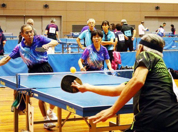 卓球で白熱したプレーを見せる選手たち=鳴門市のアミノバリューホール