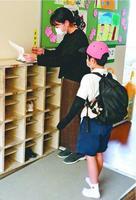 自主登校を受け入れている阿南市内の小学校で、教師に体温を報告する児童。自宅で過ごす時間の長い子どものストレスを心配する声は多い