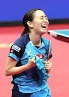 女子シングルスで5大会ぶり5度目の優勝を決め、大喜びの石川佳純=丸善インテックアリーナ大阪