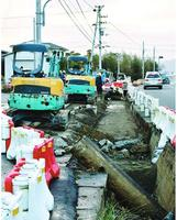 水道管が破損した県道の拡幅工事現場=東みよし町昼間