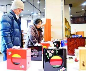 多彩なデザインの遊山箱が並ぶ展示即売会=徳島市立木工会館